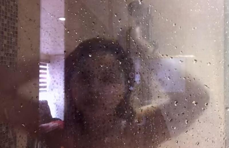 Gomita se mete a bañar completamente desnuda y sube el video. ¡De vulgar no la bajan! (+VIDEO)