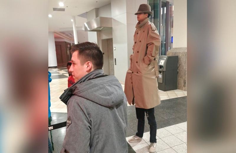 ¡Ver para creer! Intentan entrar al cine vistiéndose como un hombre alto con gabardina #VIDEO