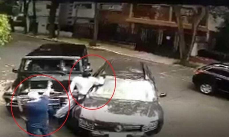 ¡Héroe sin capa! Automovilista frustra asalto, arrollando a uno de los ladrones #VIDEO
