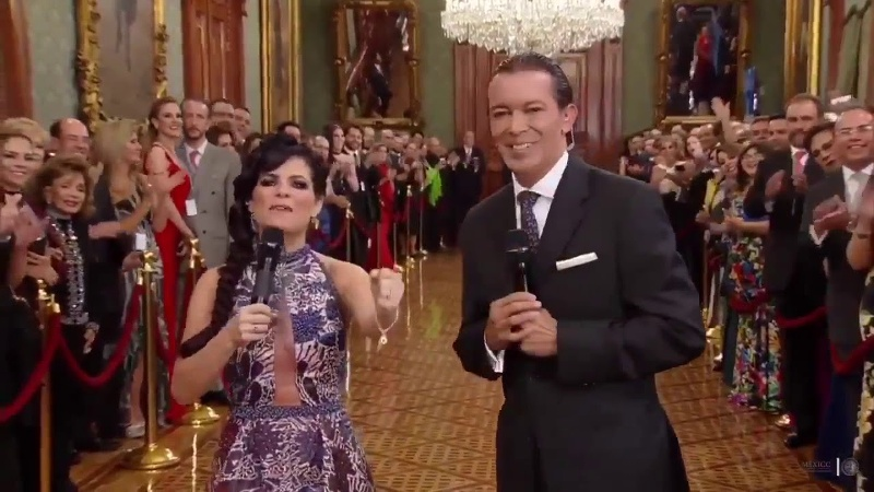 Chantal Andere es 'jaloneada' por su esposo durante transmisión del grito #VIDEO