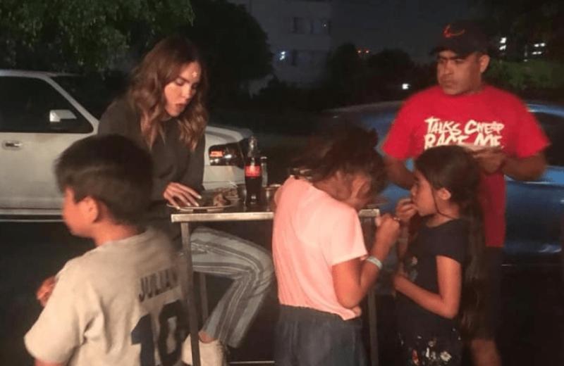 Belinda se echa unos buenos tacos de doña Pelos en la calle #VIDEO