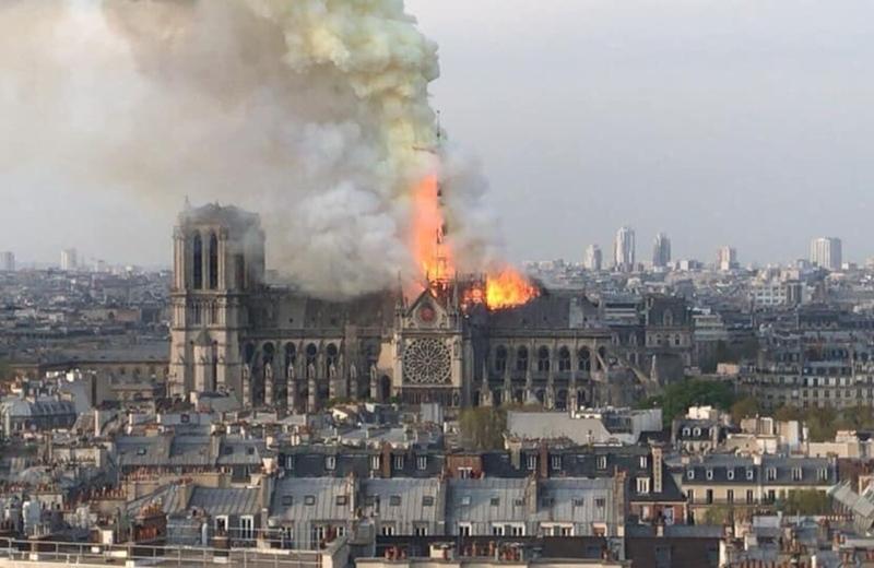 Incendio en París destroza techo de la Catedral de Notre Dame #VIDEO