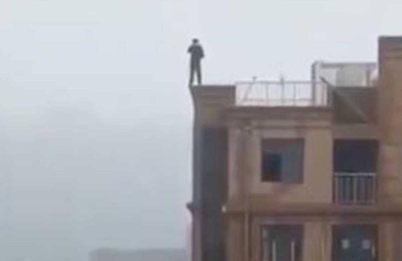 Intenta tomarse selfie y cae desde lo más alto de un edificio #VIDEO