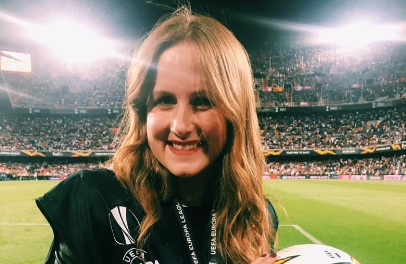 Reportera recibe tremendo pelotazo en el calentamiento de Valencia #VIDEO