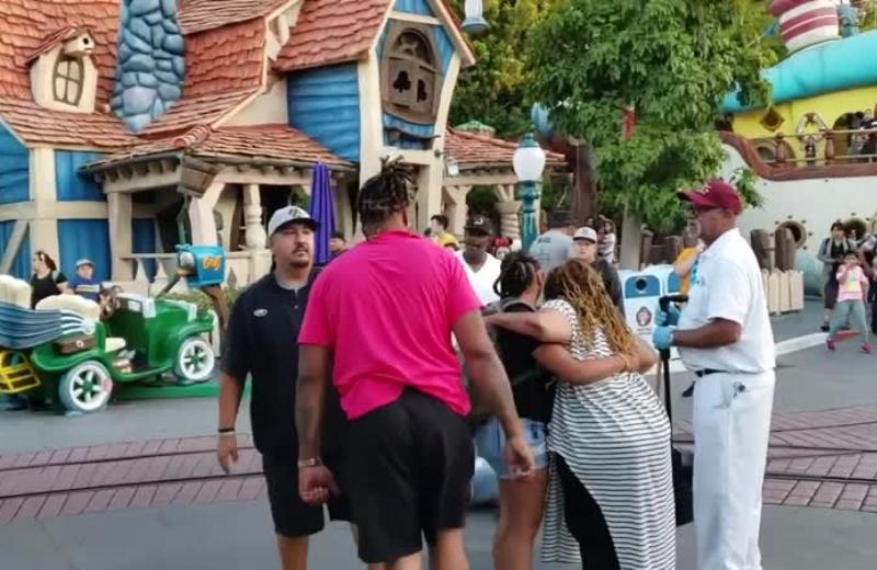 Familia empieza batalla campal en Disneyland #VIDEO