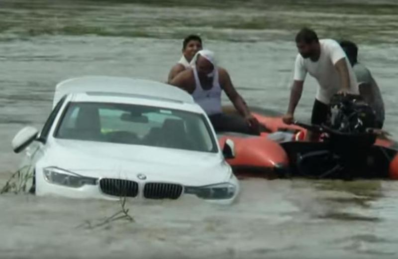 Chico tira al río su carro de lujo porque 'no quería ese' #VIDEO