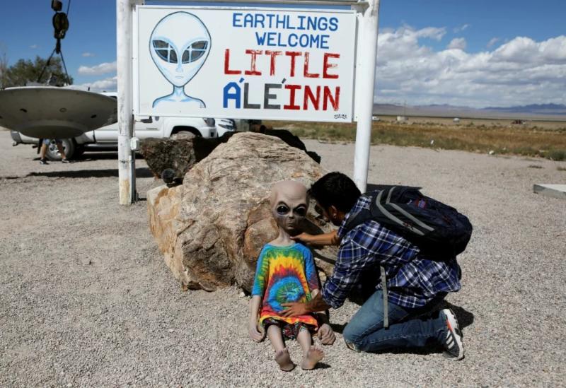 Otakus asaltan el Área 51 para 'buscar a ET' #VIDEO