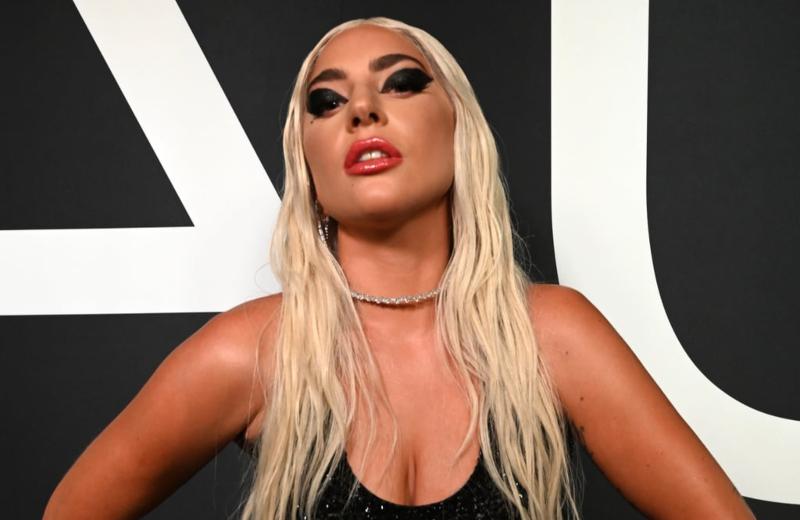 Lady Gaga sufre tremenda caída en el escenario #VIDEO