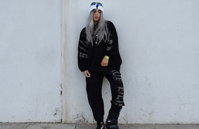 Youtuber se disfraza de Billie Eilish y queda... ¡Igualita! #VIDEO