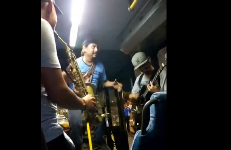 ¡Y que se arma el baile en un camión de Veracruz ruta Las Vegas! (+Video)