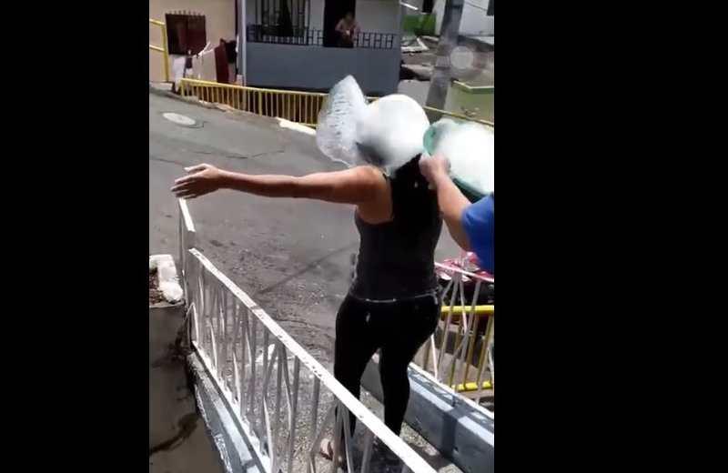 A escobazos, agua y jabón desinfectan a mujer que rompió cuarentena (+video)