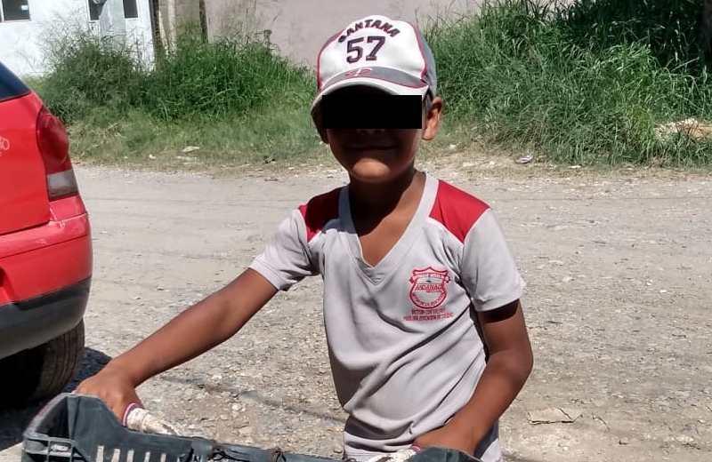 Niño hace mandados para comprarse una nueva bicicleta y una tablet para sus clases