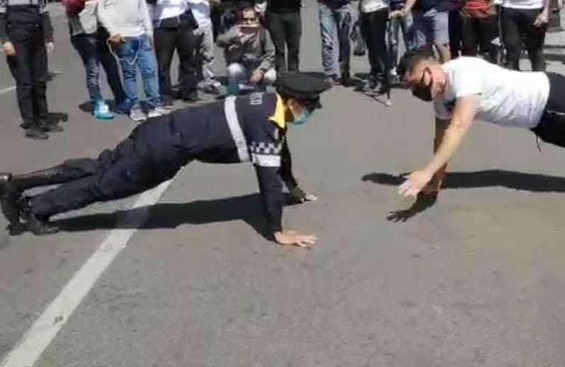 Policía mexicano con discapacidad gana reto de lagartijas (+video)