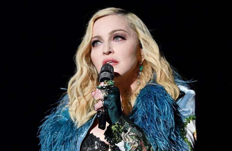 Madonna desafía Instagram y posa en topless (+foto)