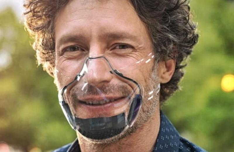 Hacen cubrebocas transparente que se vincula al smartphone