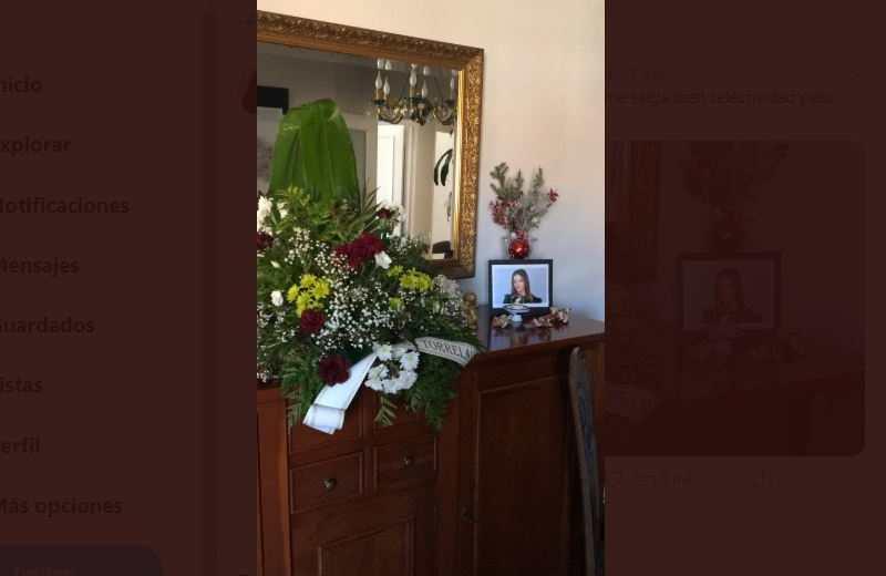 Le desea suerte a su hija en el examen con decoración que parecía Altar de Muerto