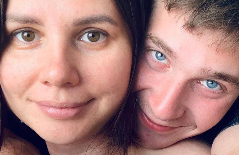 Influencer se casa con su hijastro ¡y está embarazada! (+fotos)
