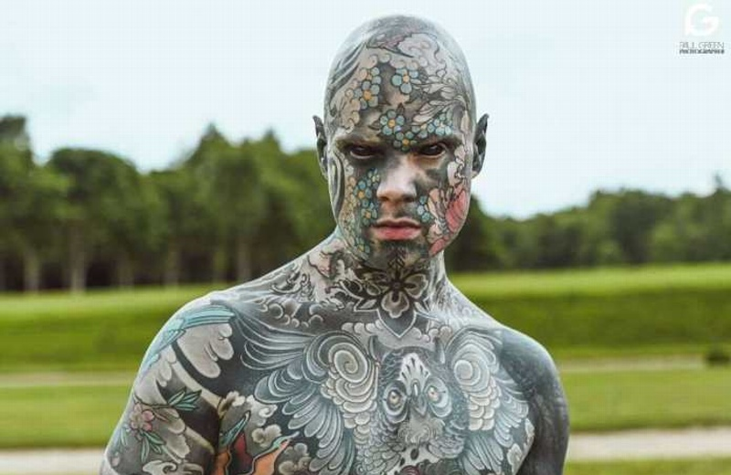 Despiden a maestro por sus tatuajes
