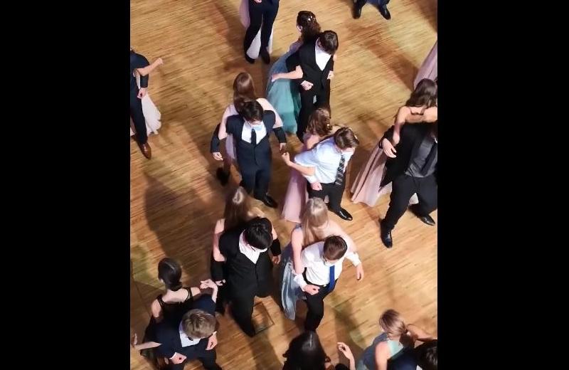 Graduados bailan de espaldas para evitar contagiarse de COVID-19 (+video)