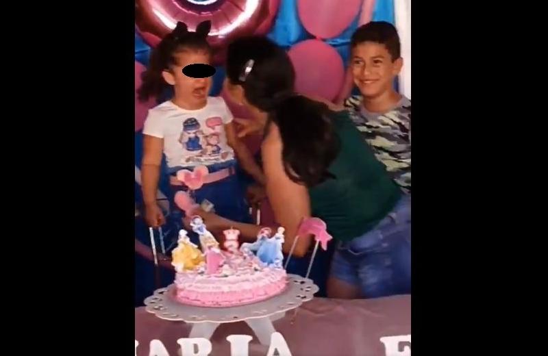 'Niña del pastel' le pega a su hermana y se vuelve viral (+video)