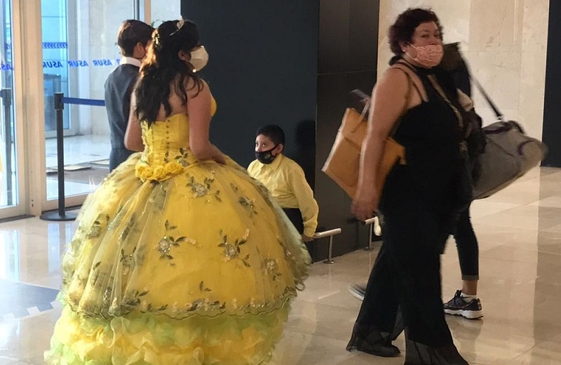 Viaja de CDMX a Veracruz en avión vestida de quinceañera (+fotos)