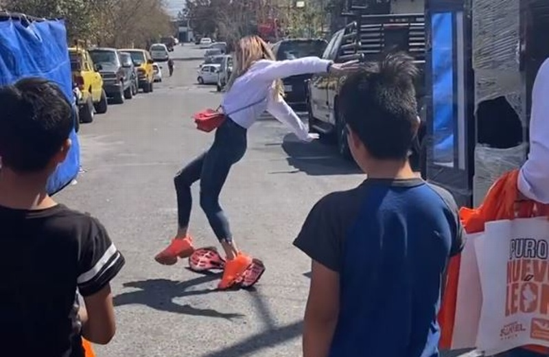 Con todo y tenis 'fosfo,fosfo', Mariana Rodríguez se cae durante campaña de Samuel García