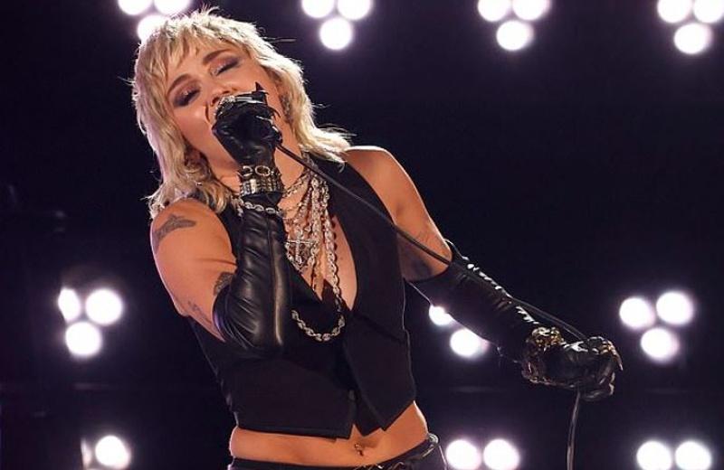 Miley Cyrus presume su lado rockero homenajeando a Queen (+video)