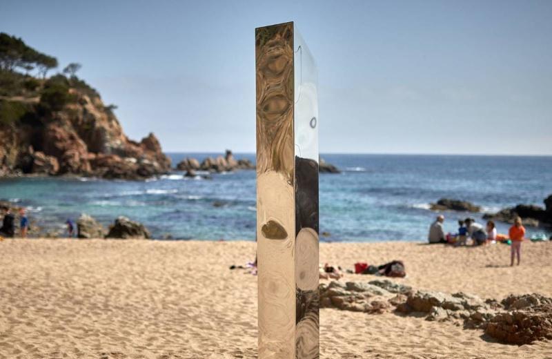 Encuentran otro monolito metálico; ahora en playa de España
