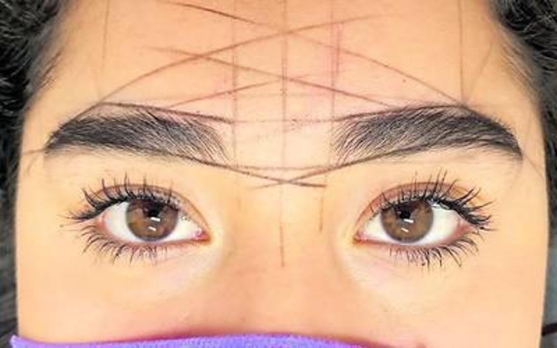 Le tatúan mal las cejas y el tatuador dice que es culpa de ella (+fotos)