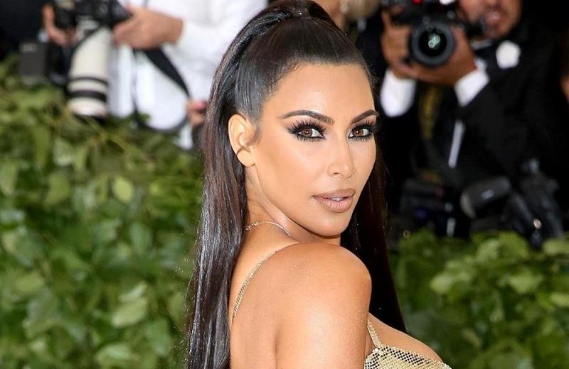 Kim Kardashian alborota las redes sociales con foto en traje de baño