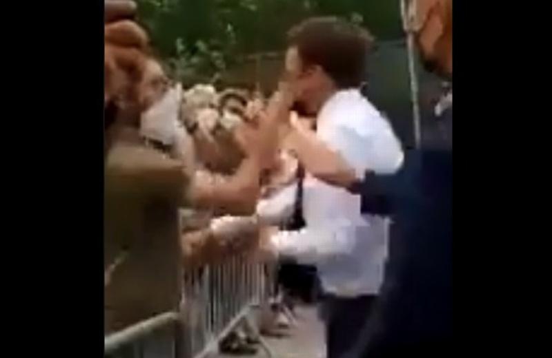 ¡Hasta vio estrellitas! Dan chachetada guajolotera al presidente de Francia (+video)