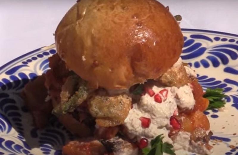 Te presentamos la 'hamburguesa en Nogada' ¿Se te antoja? (+video)