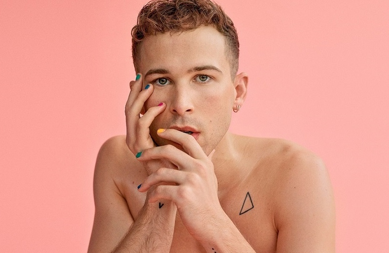 Tommy Dorfman se declara mujer transgénero