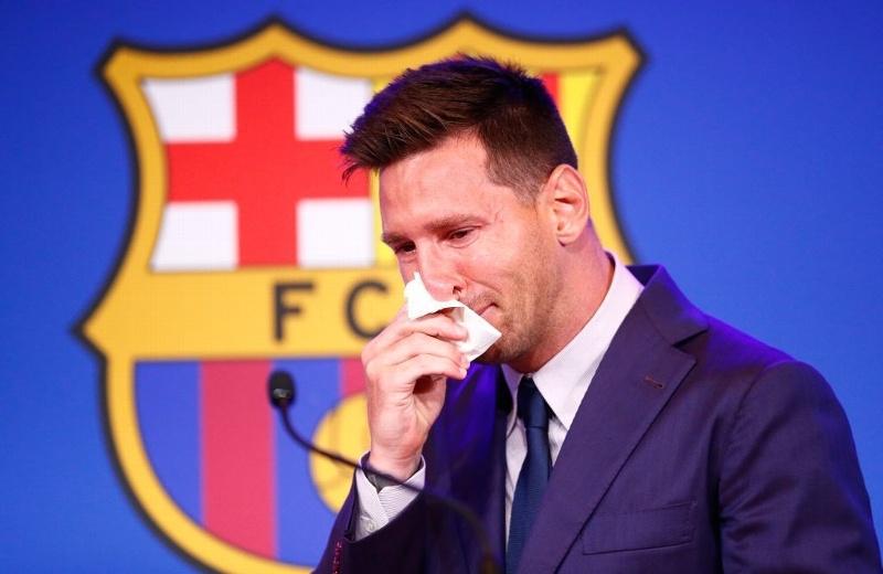 Subastan pañuelo que Messi usó en su despedida del Barcelona
