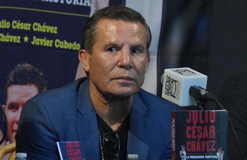 Regalan zapatillas de tacón a Julio César Chávez y se arma la madrina (+video)