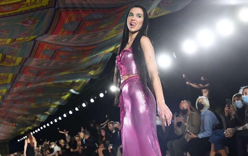 Dua Lipa desfila por primera vez en la pasarela de Versace (video)